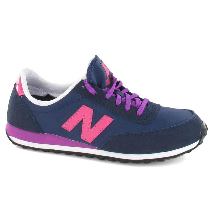 Zapatilla de la marca New Balance con cordón y suela de goma.