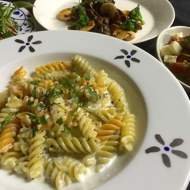 kugutumawasi2今日の晩御飯  おうちごはん #フジッリのゴルゴンゾーラソース 今日は、旦那が飲み会ですので1人ご飯で#ワイン とおつまみで‼️ iPhoneで撮りました。 #Pranzo #dinner#晩御飯#夕食#とりあえず野菜食#Japan#food#おうちごはん#japanesefood#晩ご飯#晩ごはん#お食事#夕飯#北欧食器#ロールストランド#IGersJP#izakaya#Dîner#Pranzo#Supper#kaumo#