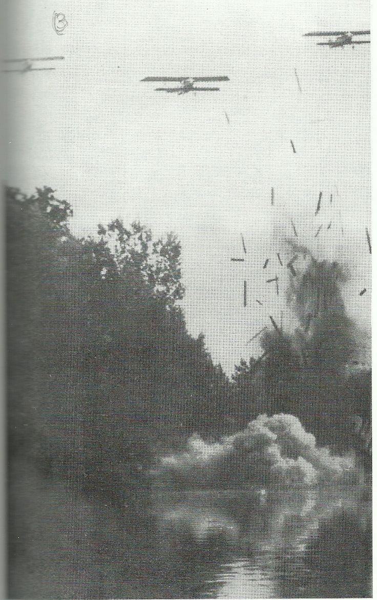 Spain - 1938. - GC - Batalla del Ebro - aviacion nacional bombardea pontones.