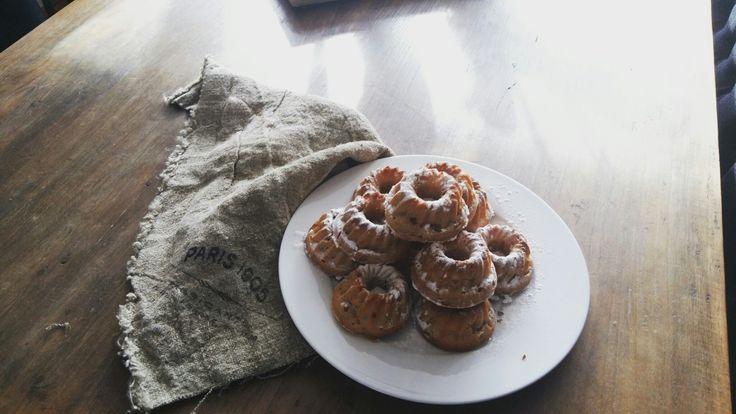 Kleine cakejes met appel en kaneel, Griekse yoghurt. Zo super lekker. Je kan ze ook in een muffin blik bakken. Recept staat verder in dit bord.