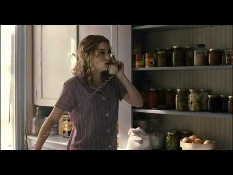 Trailer oficial Criadas y señoras. (The Help), En esta película vemos como como una chica por no casarse como querría su madre y comienza a imaginar un proyecto clandestino y liberador.