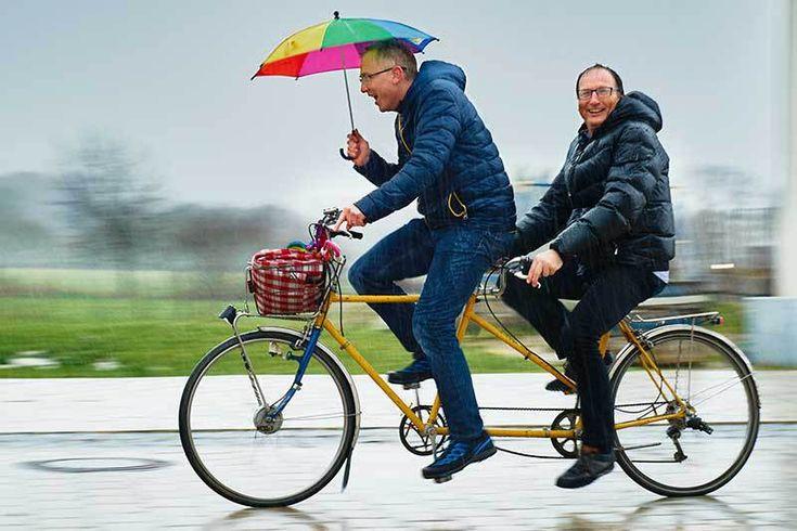 Versicherungsberater kosten den Mandanten Geld, wie ein Rechtsanwalt oder Steuerberater. Gerd Güssler mit Mandant Matthias Wolpert, Inhaber der Werbeagentur smile Werbung in Freiburg.