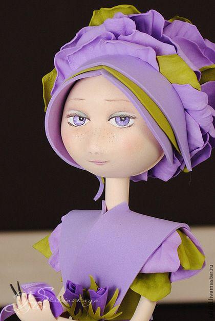 Купить или заказать Кукла из фоамирана 'Флора-Роза' в интернет-магазине на Ярмарке Мастеров. Милая кукла Флора-Роза - загадочная и таинственная девушка. Никто не знает что у нее на уме. Фиалковые глаза задумчивы, а на губах играет легкая улыбка. Кукла выполнена из фоамирана. Полностью ручная работа. Точное повторение невозможно. Единственный экземпляр. Платье украшено розами и бутонами, шлейф платья из лепестков роз, как и прическа куклы.