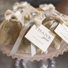 Pochons en Lin Uni pour Dragées x12 - Trop mignons, ces petits pochons en lin beige clair, avec leur petite cordelette ivoire pourront contenir des dragées, des petits chocolats ou vos cadeaux. Vous pouvez utiliser des étiquettes, ou des tampons pour les personnaliser pour un effet encore plus Vintage et naturel. http://www.mariage.fr/pochons-en-lin-uni-pour-dragees-x12.html
