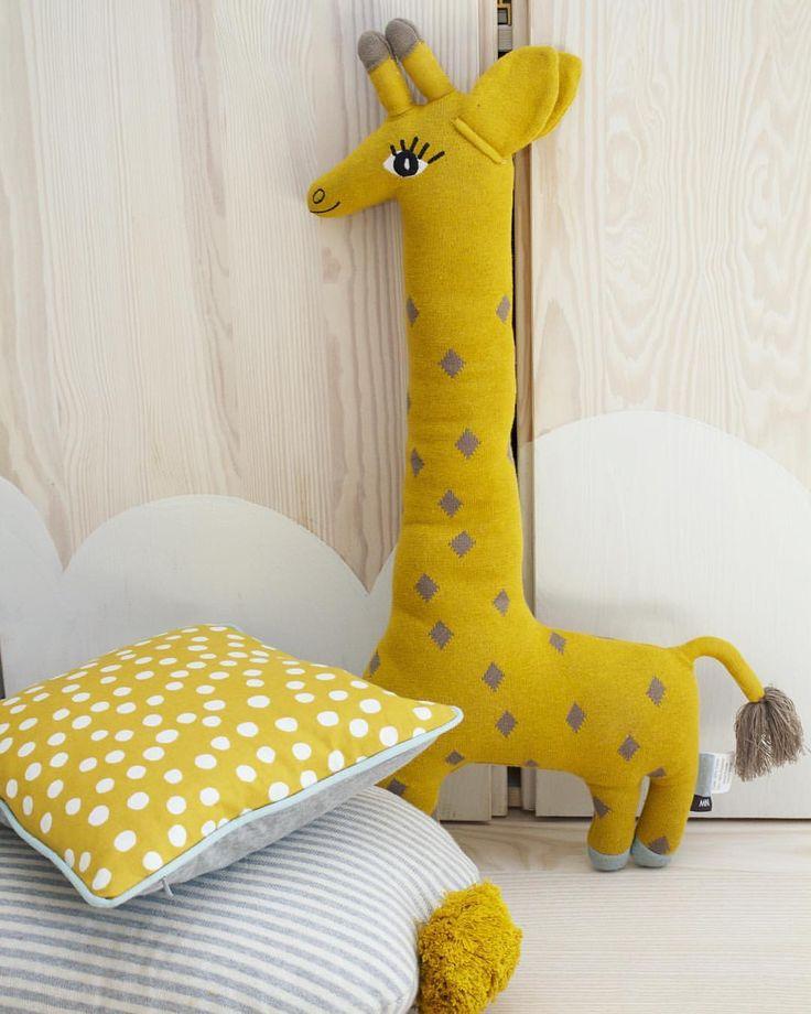 @little_venue 💛 NYHET 💛 Finaste stickade giraffen från Oyoy finns nu i lager, och även matchande kudde med pompoms från samma märke. Ni hittar även prickiga kudden från Ferm living hos oss, www.littlevenue.com little_venue #barnrum #barnrumsinspo #barnrumsinspiration #kidsroom #kidsdecor #kidsinterior #kidsinspo #finabarnsaker #inspirationforbarn #interiorforkids #barnrumsinredning #barnerom #mittbarnerom