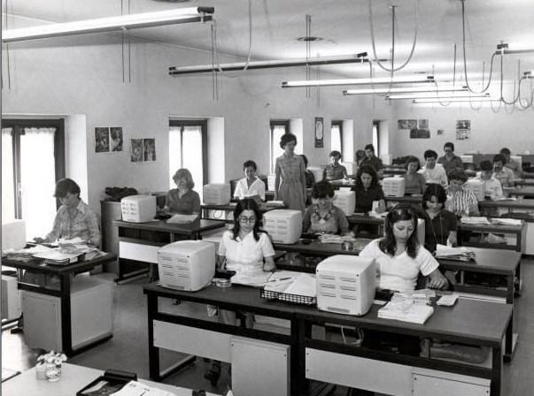Un ufficio di BPM con personale femminile. (1977) #archivioStorico