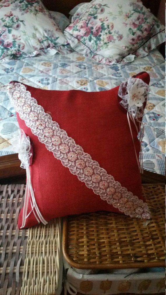 Cuscino in tela iuta decorato con pizzi. di LaBoutiqueChicDesign