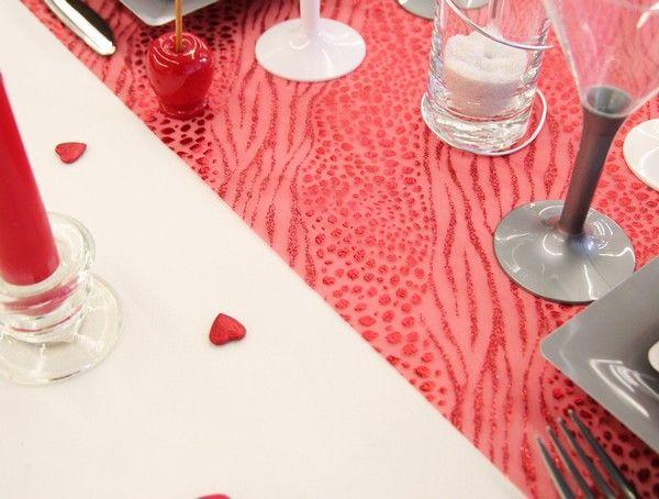 """A noter que la disposition en """"tête à tête"""" du chemin de table est idéale pour un dîner en amoureux !"""