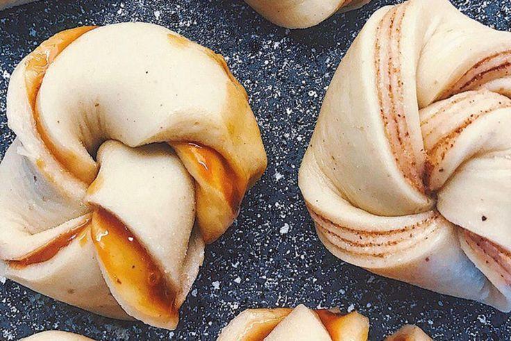 Disse nydelige kanelbollene er fylt med hjemmelaget salt karamell. En perfekt vri på de klassiske kanelsnurrene med smør, sukker og kanel. Oppskrift og foto: Pernille Askemyr Olsen