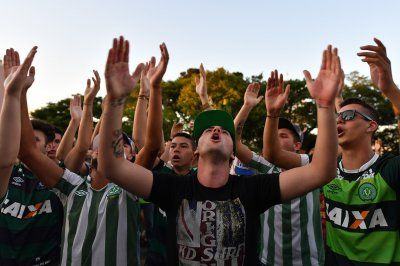 Brazilian fans and football world mourn death of Chapecoense players