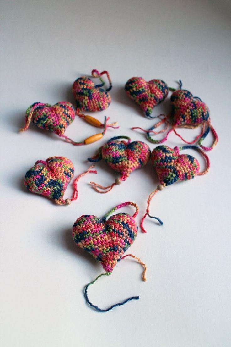 Srdiečko – pestrofarebné - srdiečko uhačkované z bavlny a vyplnené dutým vláknom. Ozdobené dreveným korálikom.  Vhodné ako dekorácia na zavesenie.