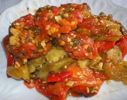 SASTOJCI: – 3 patlidžana srednje veličine – 12 pečenih crvenih paprika – 1 kg paradajza – ulje – 6 čenova sitno iseckanog belog luka – veza peršuna PRIPREMA: Patlidžan isecite na kolutove i...