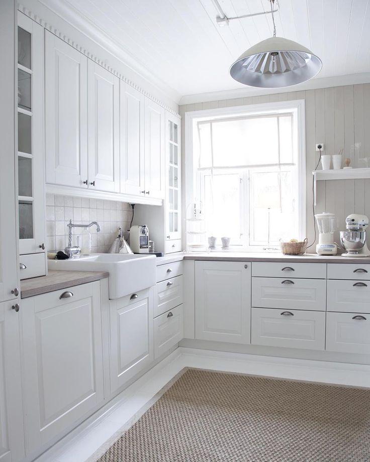 Lys og delikat stemning på kjøkkenet til Elisabeth Persson, se resten av hjemmet i #maisoninterior #levvakkert #kjøkken #kitchen #interiør #interiorinspirasjon Foto: Marianne Lyse