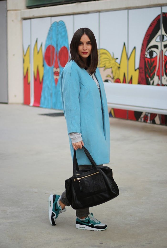 Abrigo azul pastel y Nike Air Max