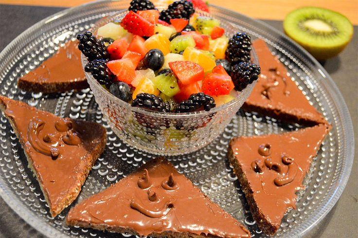 Lasten kesteihin sopivat iloiset suklaa-leivät. Tarjoile leipien kanssa raikasta hedelmäsalaattia.