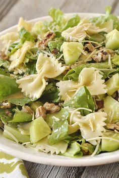 Πράσινη σαλάτα με ζυμαρικά, καρύδια και dressing από μουστάρδα και μέλι! Για ένα χορταστικό βραδινό χωρίς πολλές θερμίδες και πολύ υγιεινό!