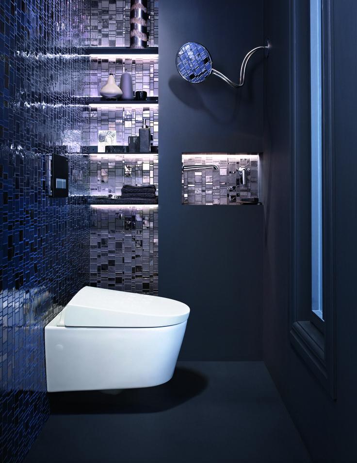 En los baños pequeños nada mejor que empotrar la cisterna y combinarla con el inodoro-bidé Geberit AquaClean Sela suspendido. Ganas en espacio sin perder en bienestar y eliminas los rincones difíciles de limpiar.