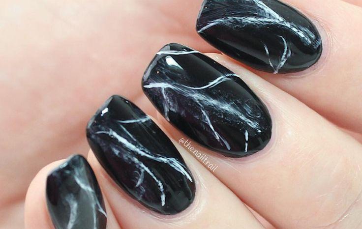 O Halloween já está chegando, e você também pode explorar desenhos temáticos. | 16 ideias de unhas com esmalte preto que vão aquecer seu coração gótico