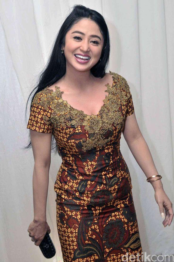 Penampilan HOT Dewi Persik Bergaun Batik