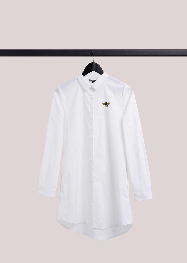 """Dit crispy witte lange shirt geeft je de fresh-look voor SS16. Het shirt is gemaakt van biologisch katoen met een beetje stretch. Lizzy's oversized shirt is zowel te combineren met denim shorts als met skinny jeans. Wordt het straks te warm… draag het dan als jurkje!    Het geborduurde bijtje op de borst geeft het artikel helemaal een """"Lizzy-signature"""". De stijl heeft zakken in de zijnaad, blinde sluiting aan de voorkant en een box-pleat aan de achterkant.      Geproduceerd van 95% bi..."""