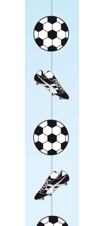Voetbal slinger zwart/wit. Voetbal hang slinger met afwisselend een voetbal en voetbalschoenen. De zwart/witte voetbal slinger is ongeveer 1 meter lang. Brandvertragend materiaal.