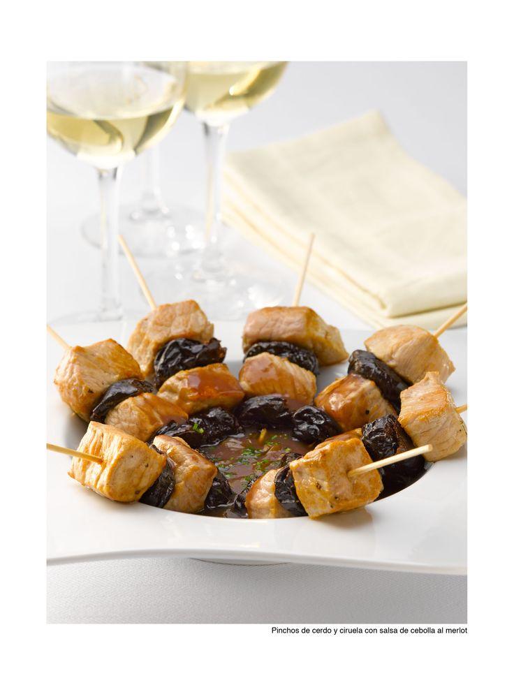 Organiza una junta en tu casa y sorprende a tus invitados con estos exquisitos Pinchos de cerdo y ciruela con salsa de cebolla al merlot.