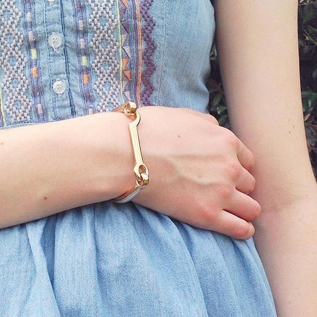The daintiest details, featuring our Modern Latch Bangle in Gold! Thanks for the…