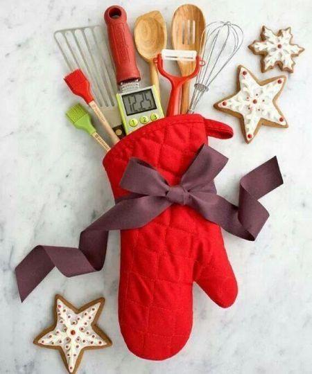 5 Ideas para regalar en Navidad: Toma varios utensilios de cocina en un guante o toalla de cocina y listo!