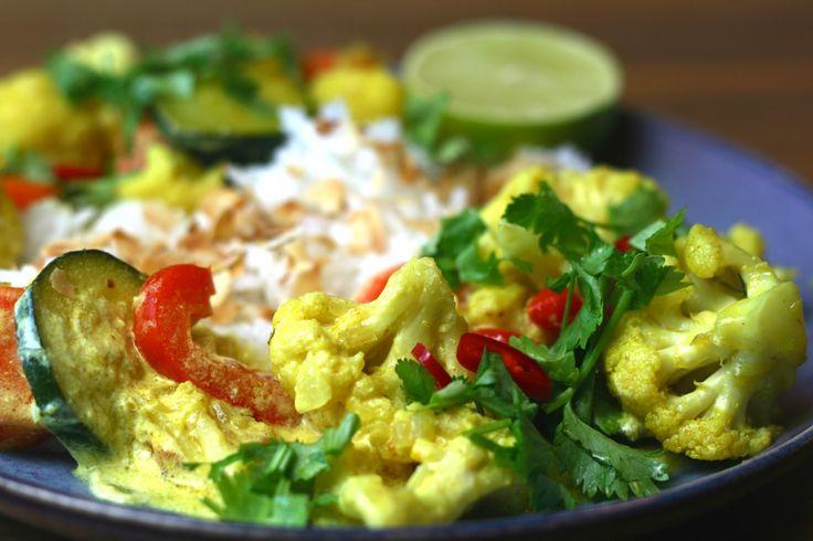 Indisches Ofengemüse mit Joghurt-Curry Sauce und duftendem Jasmin Reis