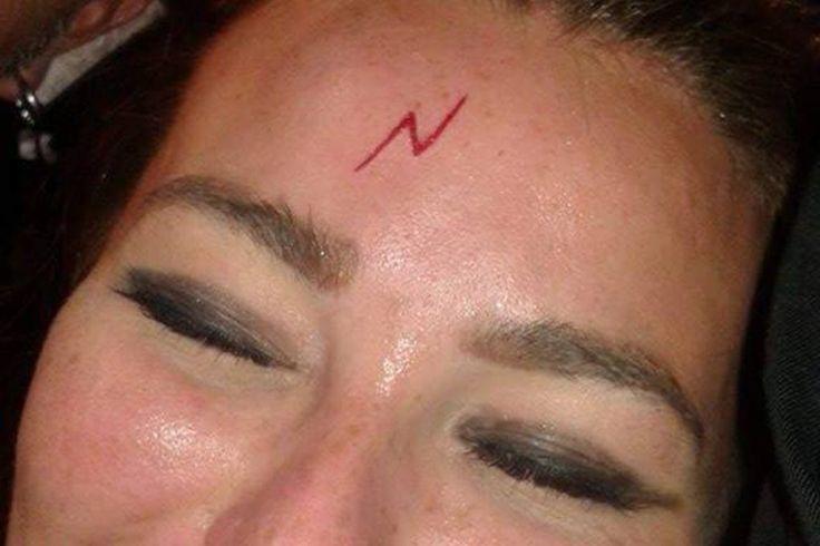 Пьяная британка сделала себе на лбу «шрам Гарри Поттера» http://rbnews.uk/uk/society/news/article43115.html  Пьяная поклонница Гарри Поттера сделала татуировку на лбу в честь кумира. Тату выполнены в виде молнии каку героя поттерианы. Героиня британка, работающая на испанском курорте Магалуф. Тату ей сделали в одном из местных салонов, и фотографии девушки стали хитом соцсетей. Также сообщается, что в этот же салон пришел и другой поклонник Гарри Поттера, которому нанесли […]