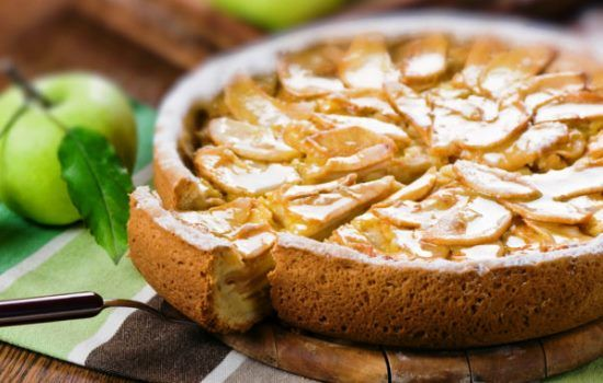 Рецепты шарлотки со сметаной и яблоками, секреты выбора ингредиентов