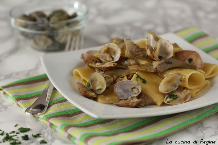 Paccheri vongole e carciofi un primo piatto raffinato che racchiude i sapori di terra e mare, di facile esecuzione. Il successo è assicurato