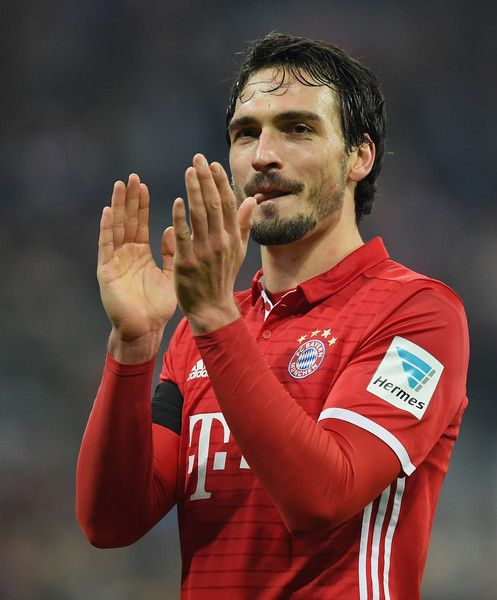 Mats Hummels of Muenchen applauds the fans after the Bundesliga match between Bayern Muenchen and Bayer 04 Leverkusen at Allianz Arena on November 26, 2016 in Munich, Germany.
