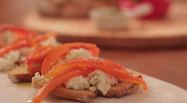 Pimentos grelhados sobre broa de milho e requeijão #appetizers #pimentos #broa #pao #requeijao #queijo #joseavillez