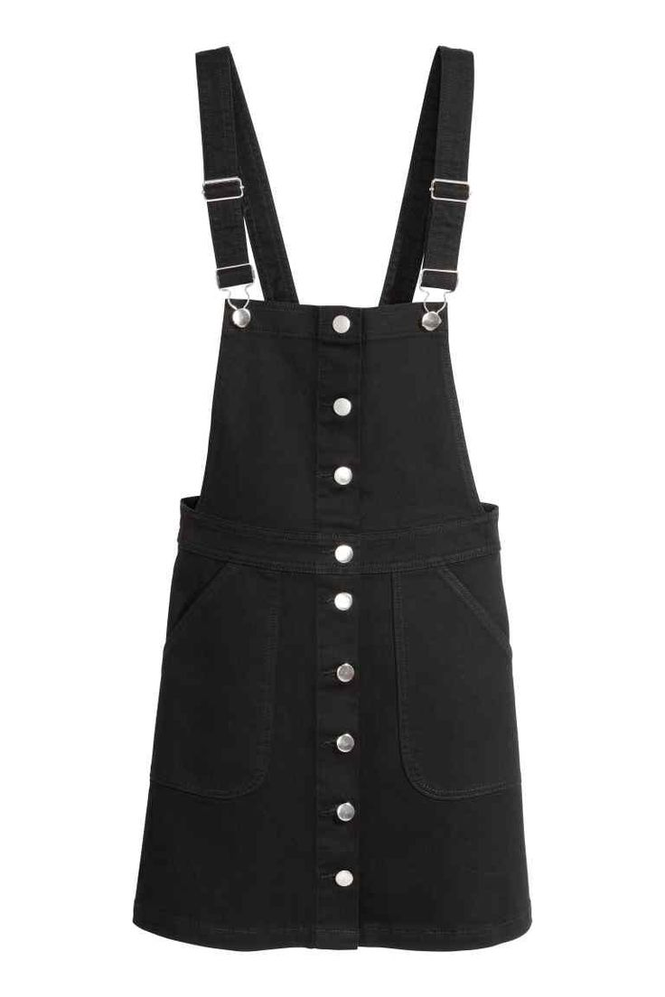 Salopette jupe: Jupe courte en twill de coton extensible. Modèle avec bretelles réglables. Boutonnage et poche plaquées devant.