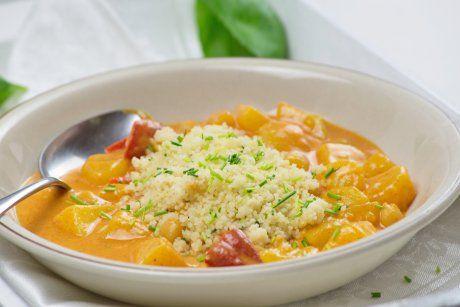 Eine kulinarische Hochzeit zwischen Afrika und Asien. Am Rezept Couscous mit Paprika im Gemüsecurry werden Genießer ihre wahre Freude haben.