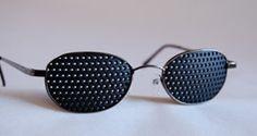 Gafas reticulares o Gafas estenopeicas estan indicadas cuando se padece cualquier sintoma visual: miopia, astigmatismo, hipermetropía y presbicia o vista cansada. Con las Gafas reticulares puedes ver claro a la vez que ayudan a mejorar la vista.