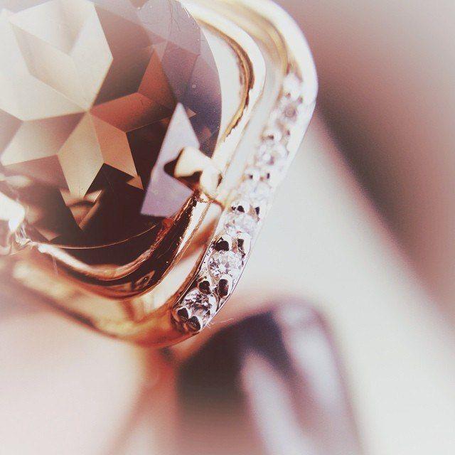 Кольца с раухтопазом ‒ мистические украшения  Какой аксессуар способен подчеркнуть загадочность, неповторимость женской души и, вместе с тем, ее кристальную чистоту? Кольцо с раухтопазом в драгоценном металле! Глубокие и чистые переливы «шотландского камня» просто завораживают, а металл выгодно оттеняет его цвет. «Лунное» серебро или «солнечное» золото создают уникальную ювелирную композицию. Посмотреть: http://www.magicgold.ru/catalog/ring-rauchtopaz/