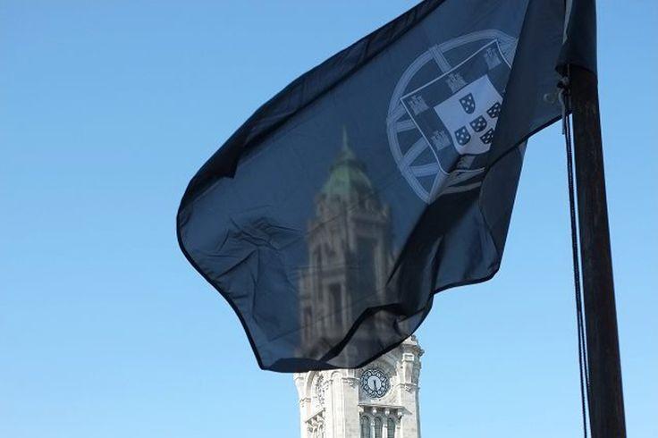 Uma bandeira de Portugal gigante a preto e branco. A instalação do artista plástico Paulo Mendes não resistiu muito tempo na Avenida dos Aliados, no Porto