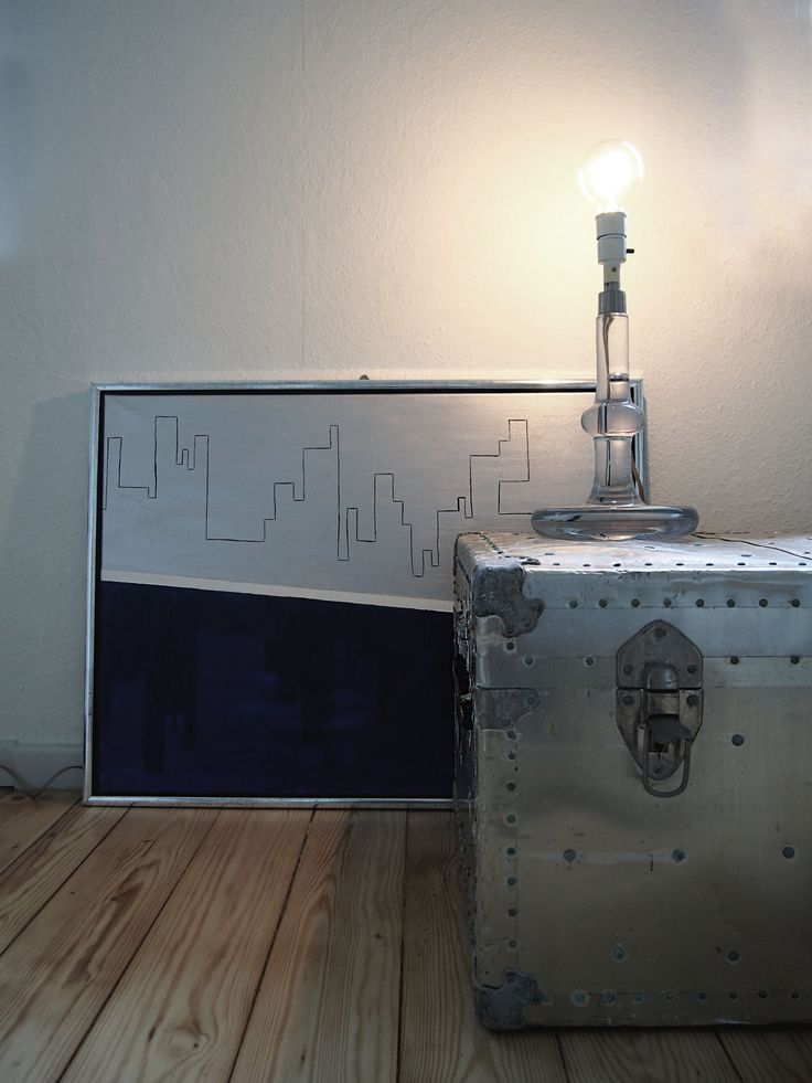 En gammel kuffert, en smuk lampe og mit maleri