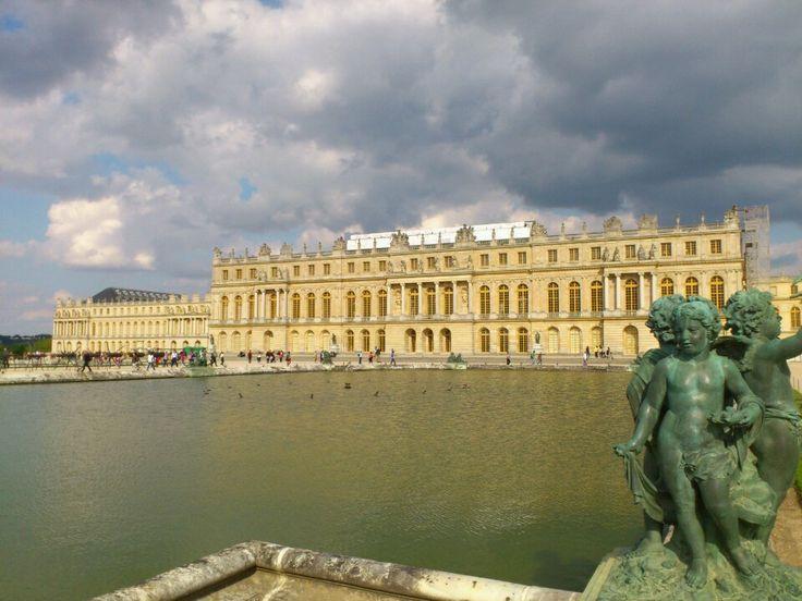 In de 16e eeuw ontstond in Frankrijk het absolutisme. Het werd ingevoerd door Lodewijk XIV. Door deze manier van besturen werden de privileges van de steden afgenomen en daar was de adel niet blij mee.