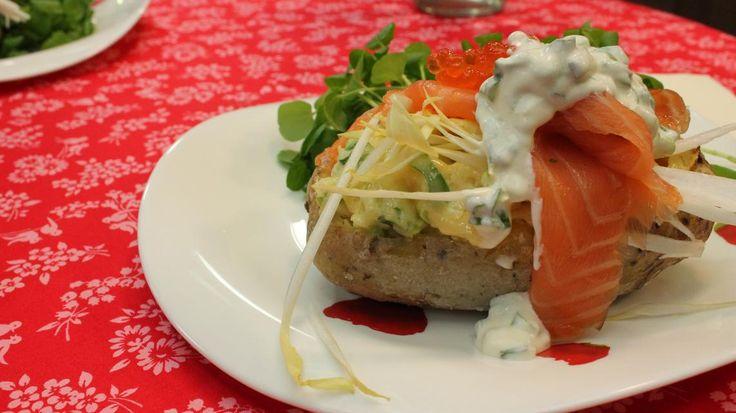 Gevulde patat met zalm, hanenkammen, witloof en oude Gouda kaas | VTM Koken