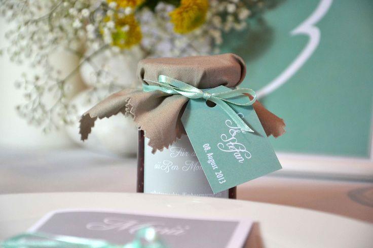 Gastgeschenk: selbstgemachte Marmelade mit Sticker und Hangtag passend zum Hochzeitskonzept www.hochzeitundfamilie.de