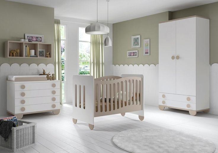 La chambre SIMBA en couleurs blanc et terre propose une ambiance très chaleureuse avec un berceau, une armoire, une commode avec matelas à langer et une étagère murale