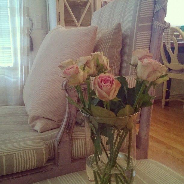 #ShareIG #vaaleanpunaiset #ruusut #koti #olohuone #sisustusinspiraatio #instakoti #maalaisromanttinen #maalaisromantiikkaa #herkkä #pastellit #lantlig #drömhem #vardagsrum #rosa #livingroom #interior #countrystyle #romanticinterior #roses #instahome #inspiration #inredninginspiration