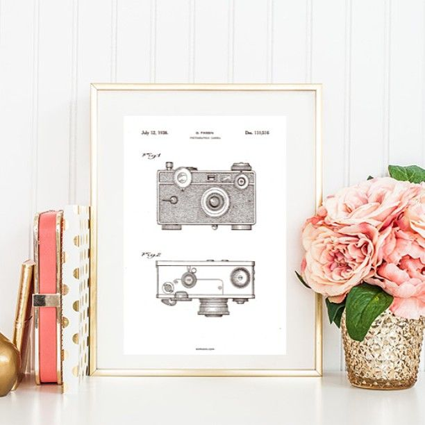God søndag morgen. Vi håber, I har en rigtig behagelig en af slagsen. ☕️ 'Kameraet' er en af de moderne fortolkninger af vintage patenttegninger fra @bomedo_com. Se den og de andre på Contempofair.dk #camera #patent #vintage #drawing #poster #interiør #danskdesign #nordisk #mithjem #boligmagasinet #boligliv #bolig #flowers #bomedo #contempofairdk
