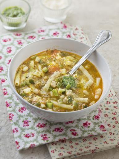 poivre, parmesan râpé, haricot vert, pomme de terre, courgette, tomate, oignon, huile d'olive, huile d'olive, ail, sauge, haricot, macaroni, sel, basilic