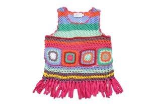 Top tipo chaleco para niña, tejido en muchos colores y con flecos en la parte inferior.