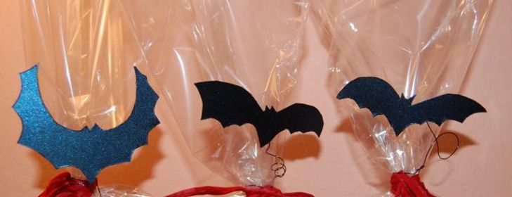 """Malá inspirace na Halloween I když Halloween není český svátek, je to jedna z příležitostí trošku si """"zablbnout"""" a něco doma odekorovat :) Takže taková malá inspirace z mé sobotní narozeninovo-Halloweenské párty. Dárečky pro oslavence: Strašidlácké dýňové muffiny: A netopýří citronové cupcakes:"""