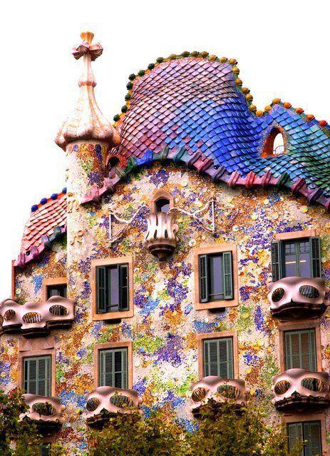 """美しいタイルの色彩・不思議な外観・曲がりくねった室内…と、童話にでてくるようなメルヘンチックなお屋敷""""カサ・バトリョ""""。天才建築家ガウディが手がけた建築を訪れに、バルセロナへ遊びに行きましょう!"""